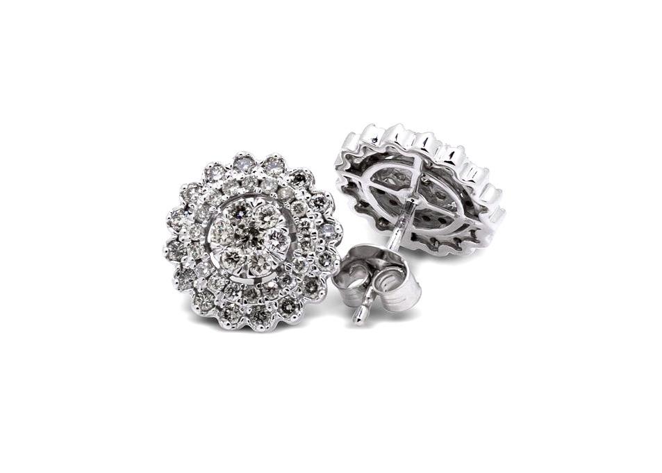 Aretes dormilonas de diamantes.
