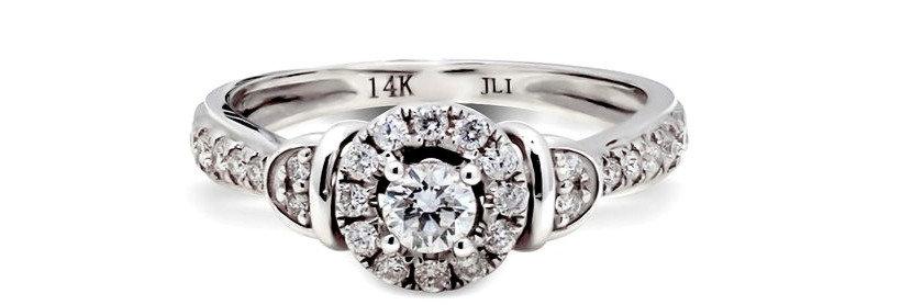 Anillo de compromiso con diamante central y aureola