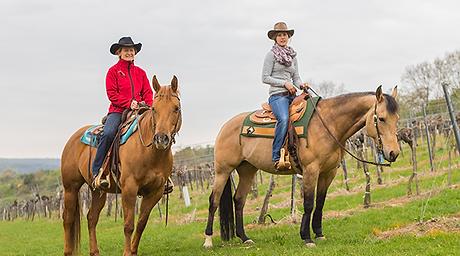Irene und Margit vom Reitstall auf dem Pferd