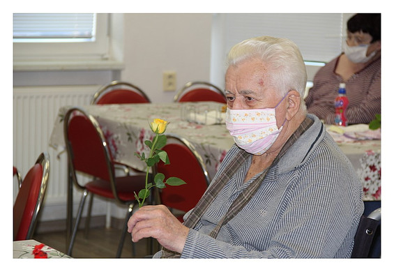 Dědeček s růží.jpg