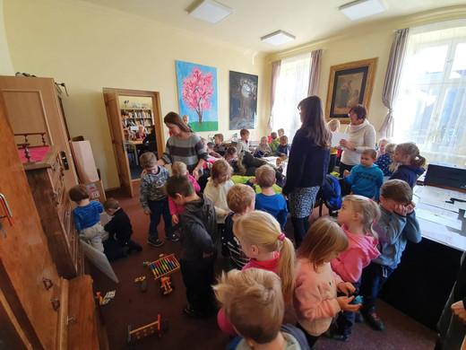 Děti z MŠ Havlíčkova přišly udělat radost čtecím babičkám