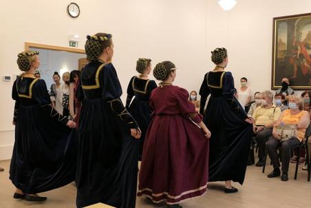 Žákyně tanečního oboru ZUŠ pod vedením paní učitelky Švarcové nás uchvátily dobovými tanci.