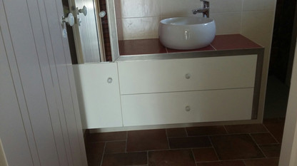 Meuble salle de bain laqué habillage inox