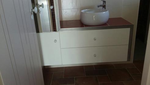 Meuble salle de bain medium laqué, habillage inox