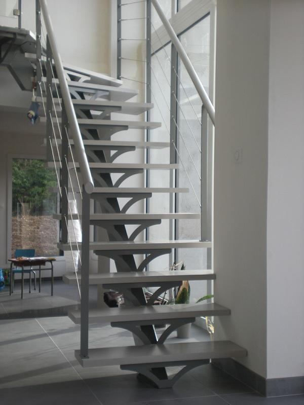 Escalier sur limon central métallique