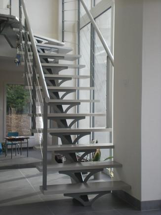 Escalier sur limon central métalique