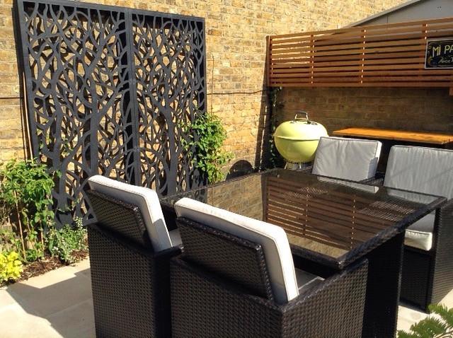 Midhurst garden dining area and screen