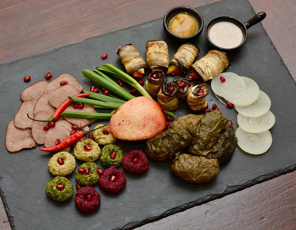 Долма, баклажаны с орехами, баклажаны с чесноком, ассорти пхали, говяжий язык, соус-горчица