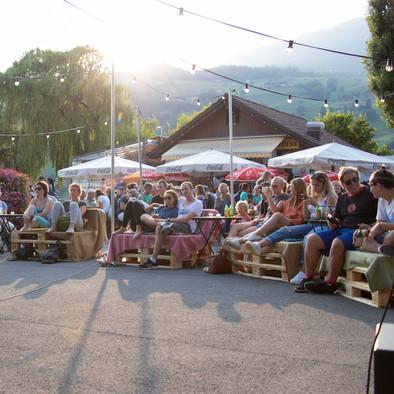 Lounges vor der Bühne