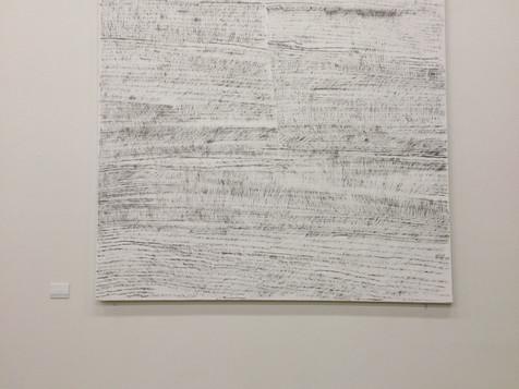 2015 1820x1820mm 木画板,鉛筆 这作品是在网上看到的或我所听到的消极语言。用铅笔把短短的一句话写在白色的木板上。然后用橡皮擦掉。这作品的黑色块是摩擦掉的痕迹。 木製パネルの上にネットなどで見聞きしたネガティブな文章や言葉を鉛筆で書き、消しゴムで消した痕跡を高く掲げた。