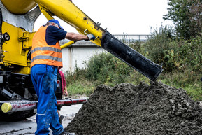 Autobahn Straßenbau Beton Fahrmischer Entladung