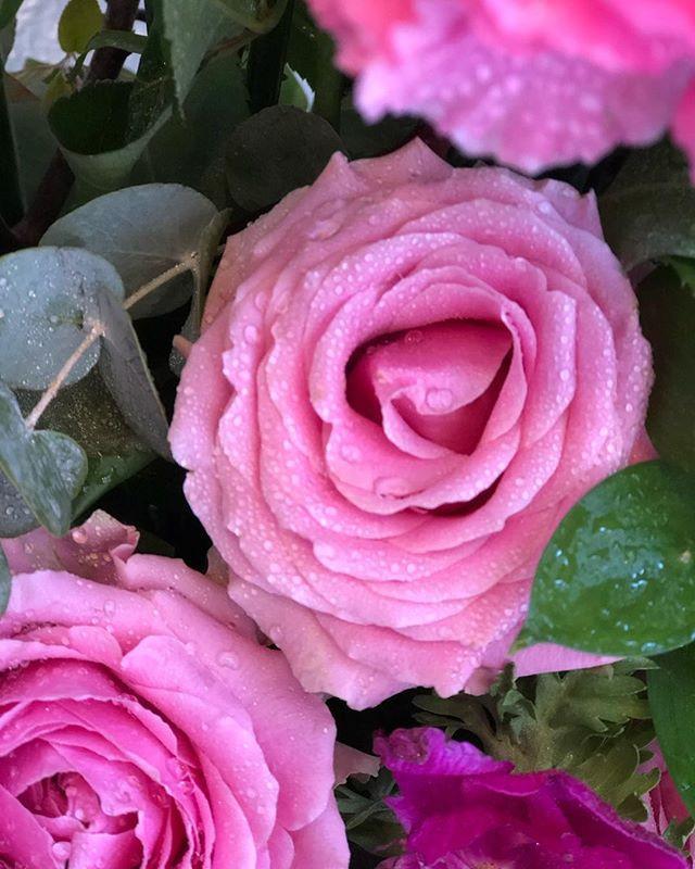Det är allt roligt att fånga upp en färg på blommor som knyter samman temat  eller lyfter företagets färgprofil