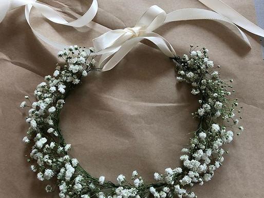 Blomsterkrans i söt vit brudslöja fint till bröllopet