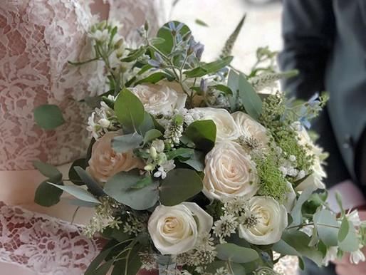 Drömbröllop på Slättens loge och jag fick gör brudbuketten i vitt med ljusblå inslag.