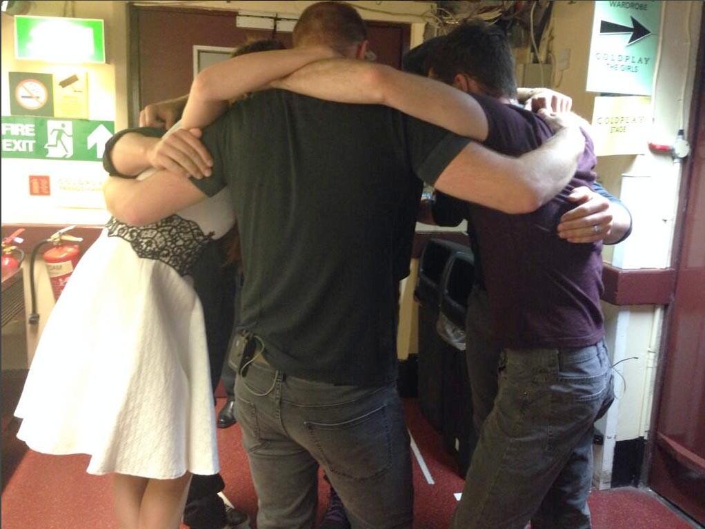 Míla v objetí se členy kapely Coldplay před koncertem v londýnské Royal Albert Hall