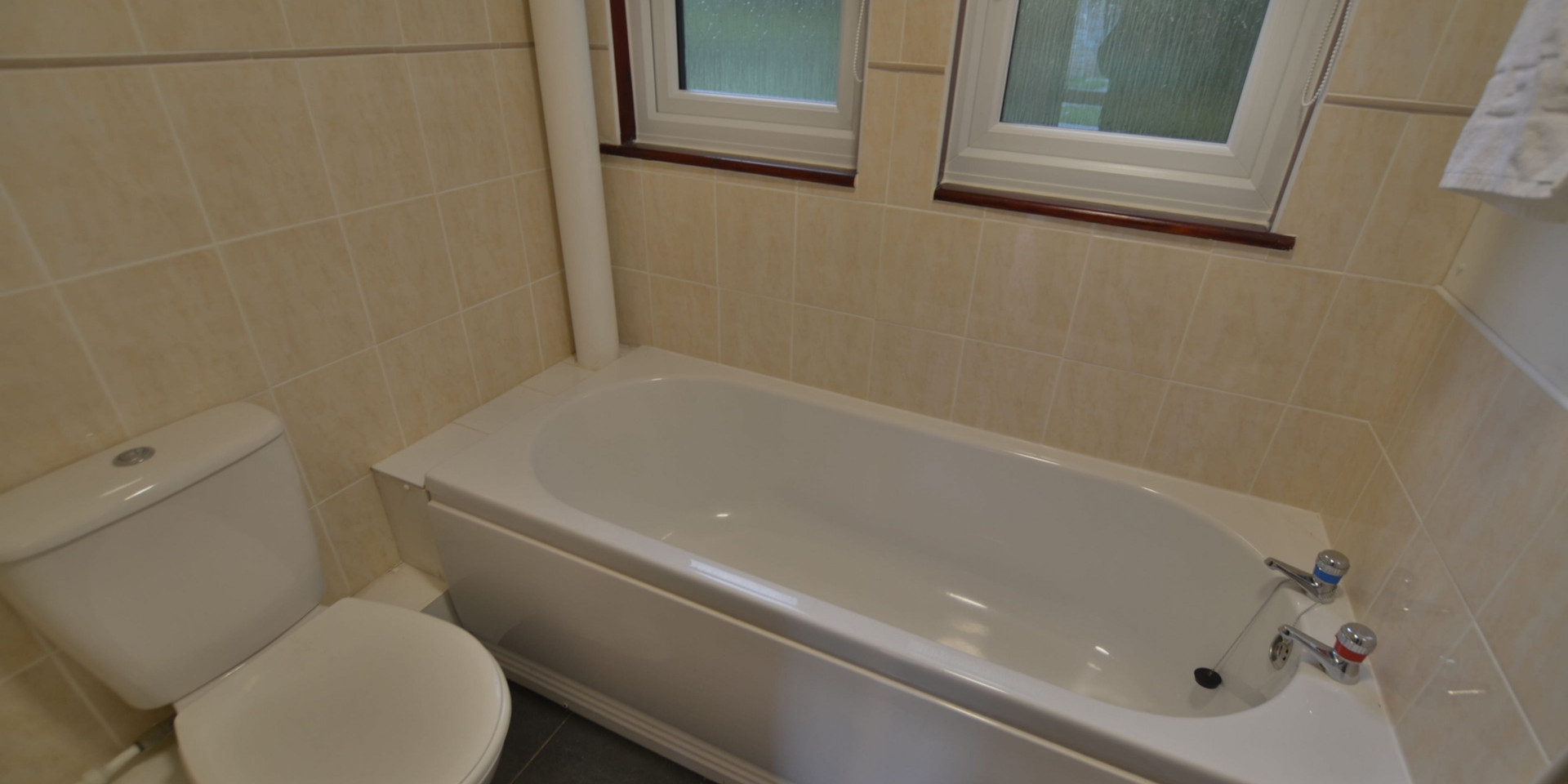 Kerrow Lodge - Downstairs Bathroom