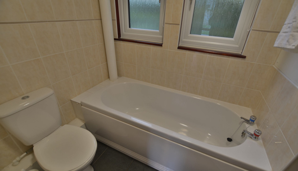 Kerrow Lodge - Downstairs Bathroom
