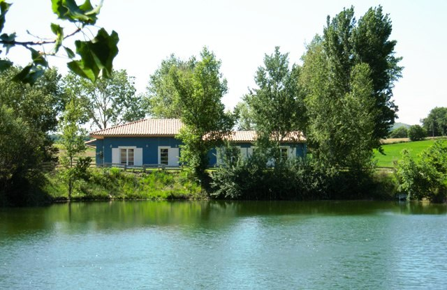 La maison vue du lac
