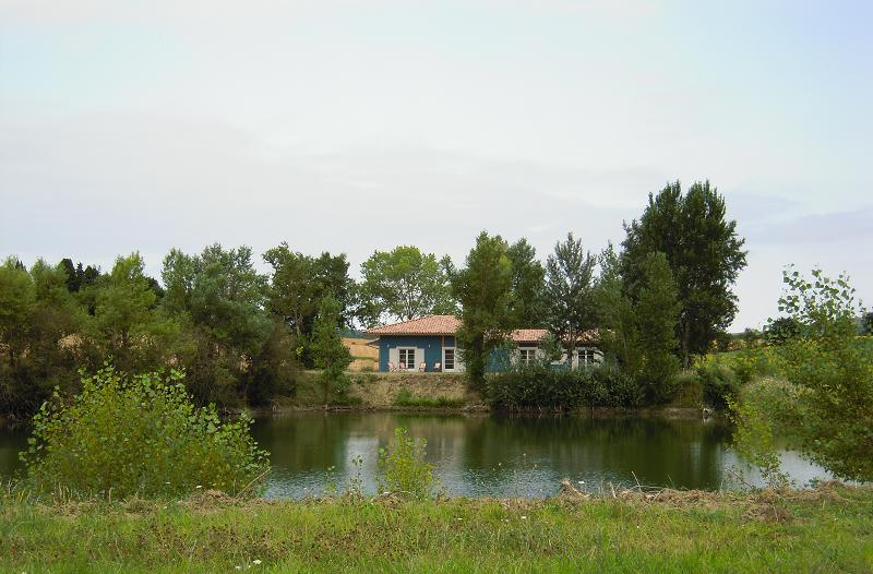 La maison vue du bout du lac.