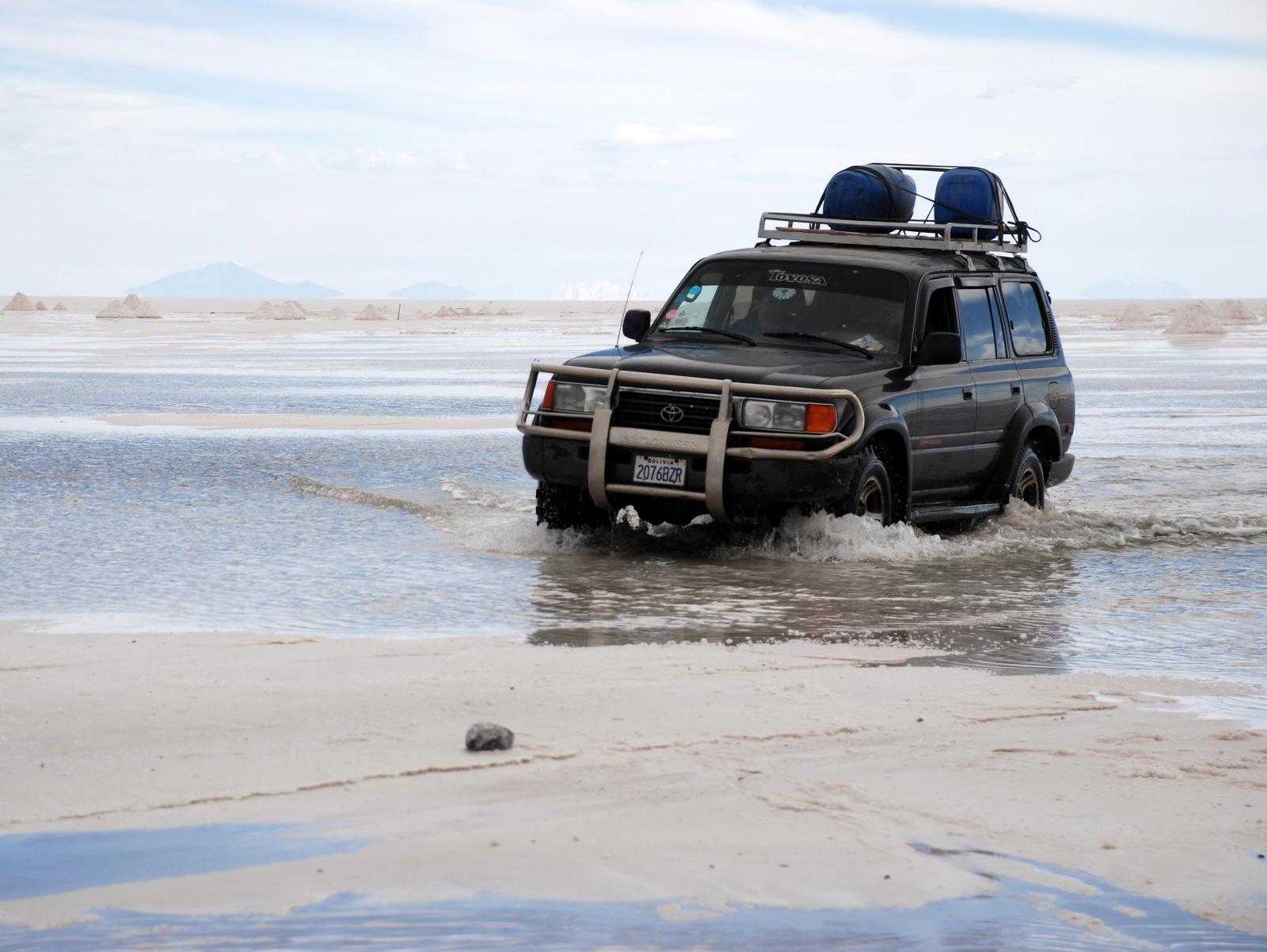 Toyota land cruiser sur le Salar