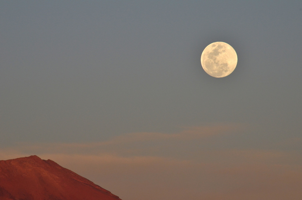 Full moon and Juriques volcano
