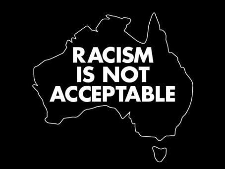 호주에서 인종차별은 용납되지 않습니다.