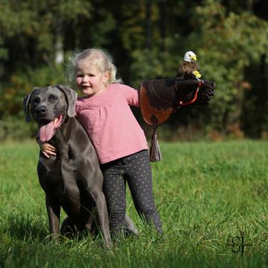 Nando und Sofie mit dem Plüsch Adler