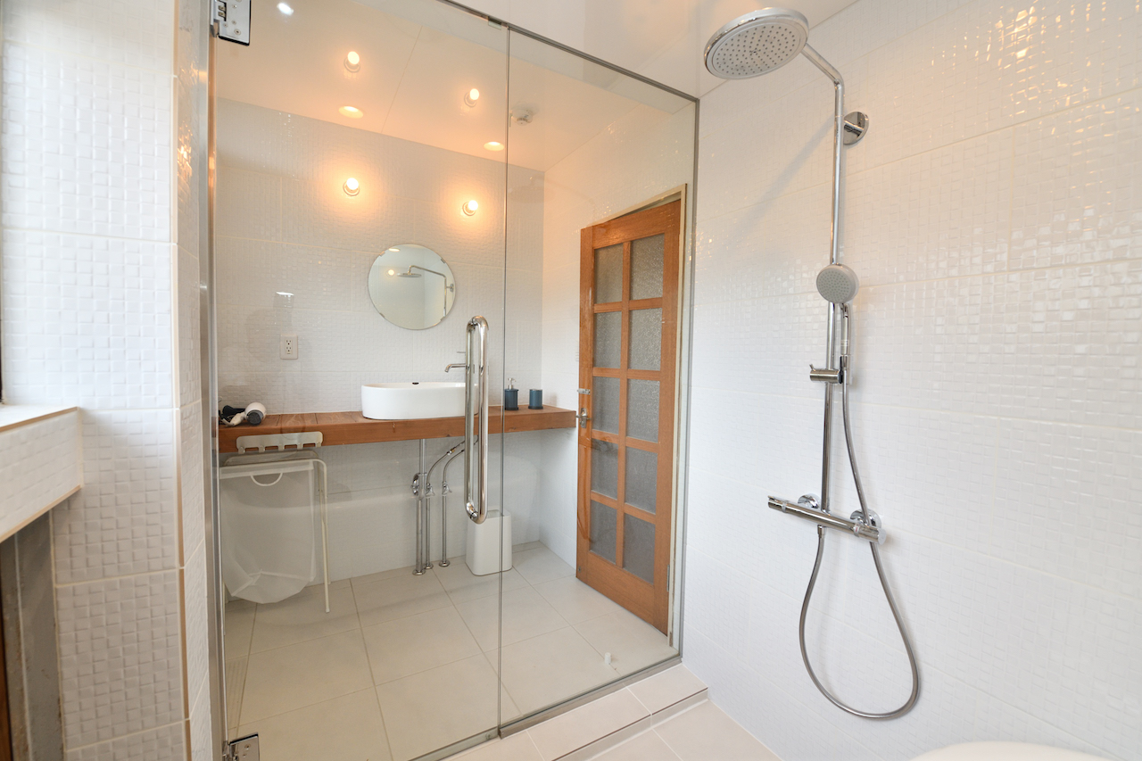 Shower + bathtub