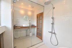 Shower + bathtub