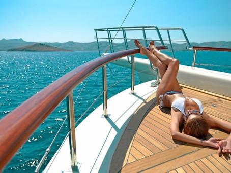 Представьте белоснежную яхту, красивую женщину и собственный остров