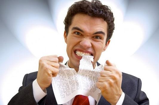 злость мужчина рвет бумагу