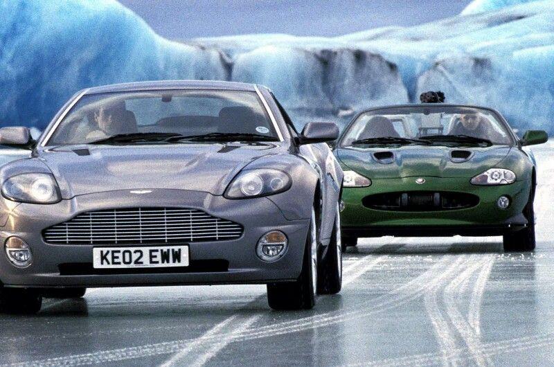 Persecución a James Bond en Die Another Day, entre un Aston Martin Vanquish y un Jaguar XKR Cabrio verde
