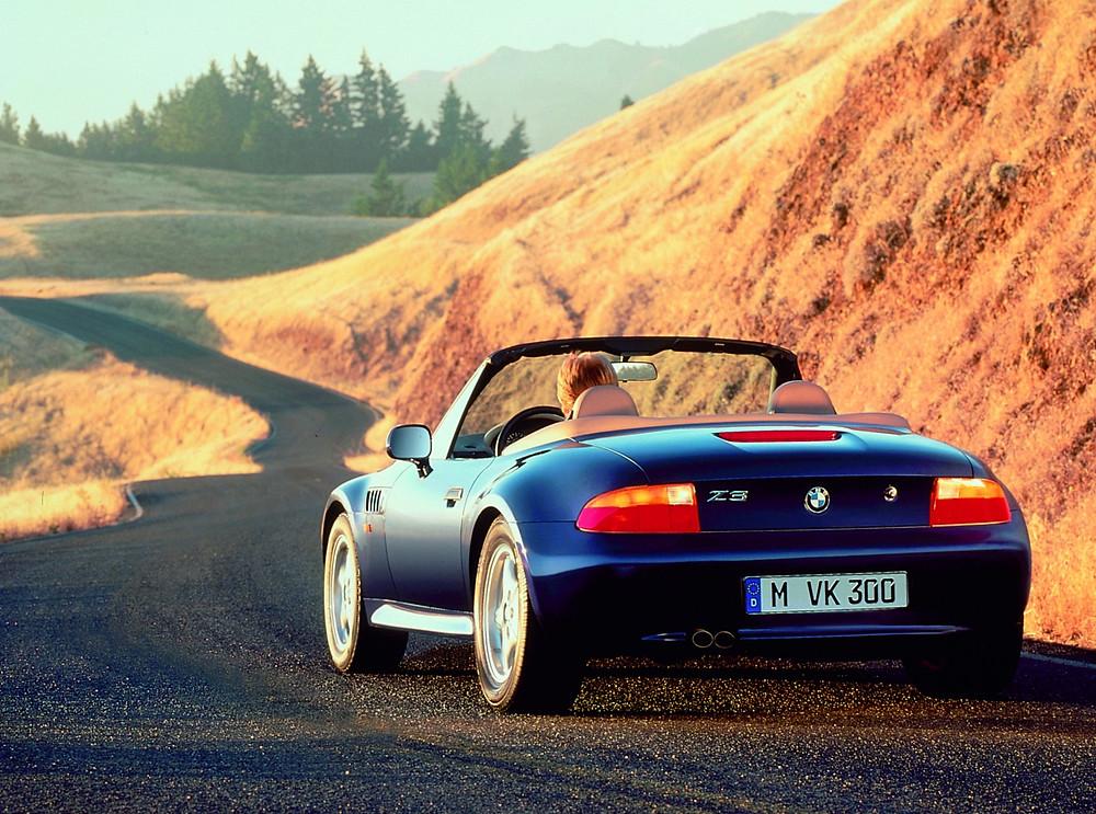 BMW Z3 2.8 pre de color azul, por una carretera que serpentea