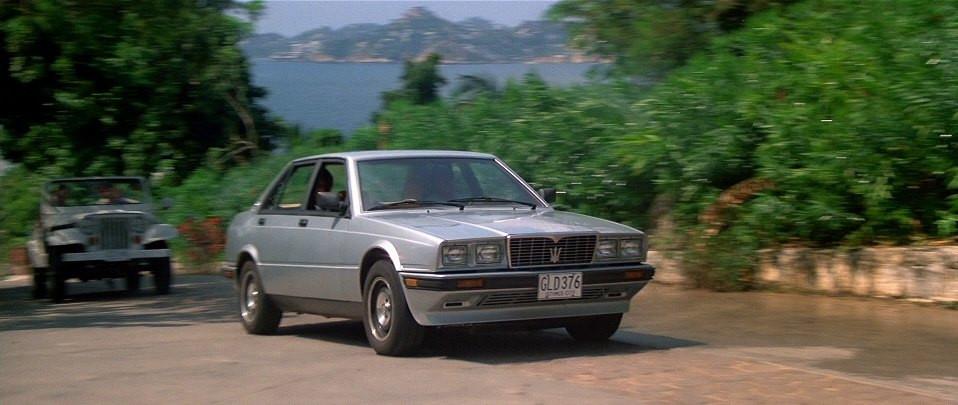 Maserati Biturbo 425i en la película licencia para matar | license to kill de James Bond, perseguido por un Jeep Wrangler