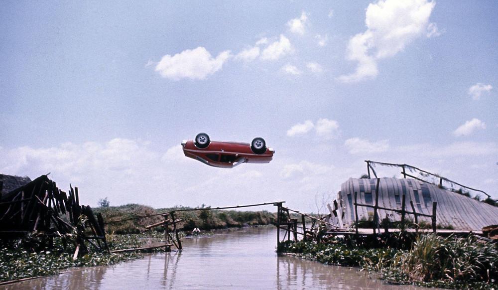 AMC Hornet de James Bond (007) haciendo looping en puente roto