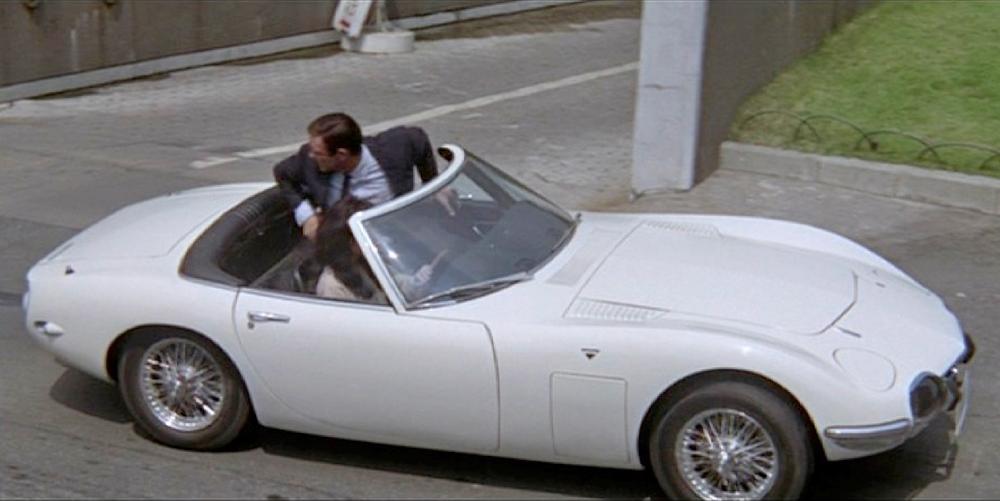 Agente James Bond 007 (Sean Connery) en un Toyota 200GT Cabrio blanco