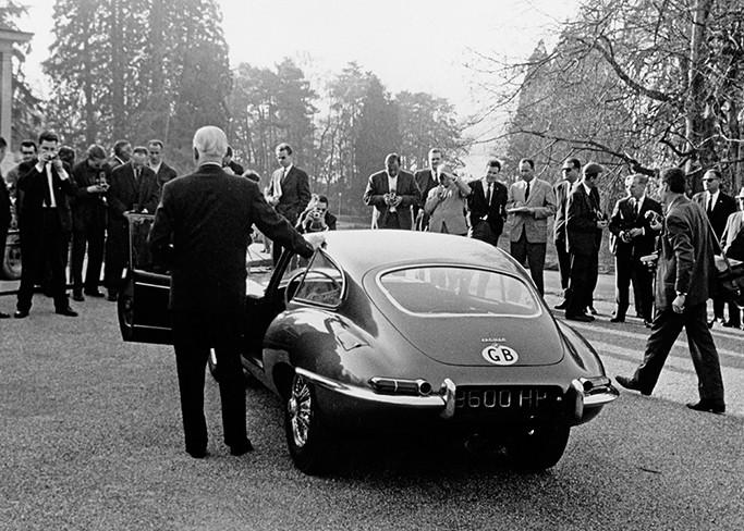 Sir William Lyons y el Jagua e-type 9600HP en el salón de ginebra de 1961