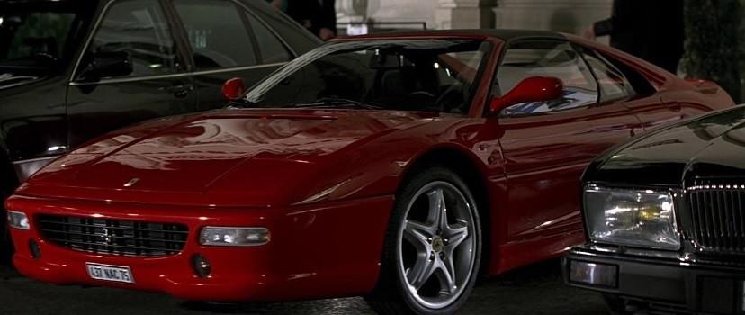 En película Goldfinger de James bond, Xenia conduce un Ferrari F355 GTS aparcado frente al casino de Monte-Carlo
