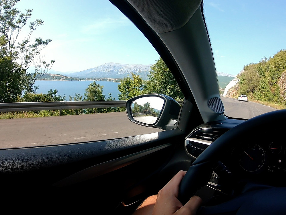 Conduciendo por curvas hacia Vrlika