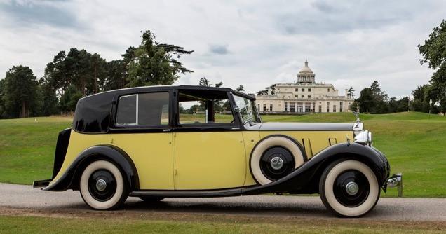 Rolls-Royce Phantom III Sedanca de Ville carrozado por Barker frente a una casa de campo en la película Goldfinger de James Bond