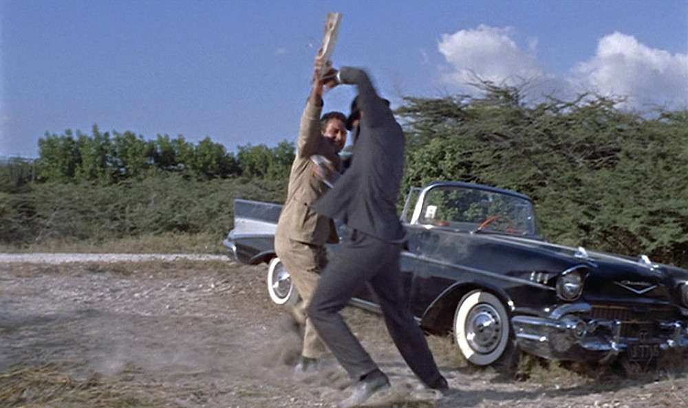 Pelea James Bond 007 (Sean Connery) y Spectre junto a Chevrolet Bel Air Convertible