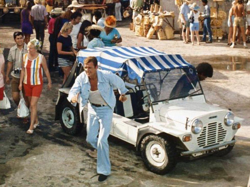 Mini Moke James Bond Roger Moore en Vive y deja Morir