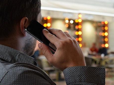 man-talking-on-the-phone-1582238_640.jpg