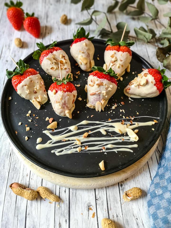 Schoko-Erdbeeren mit weißer Schokolade und Erdnüssen