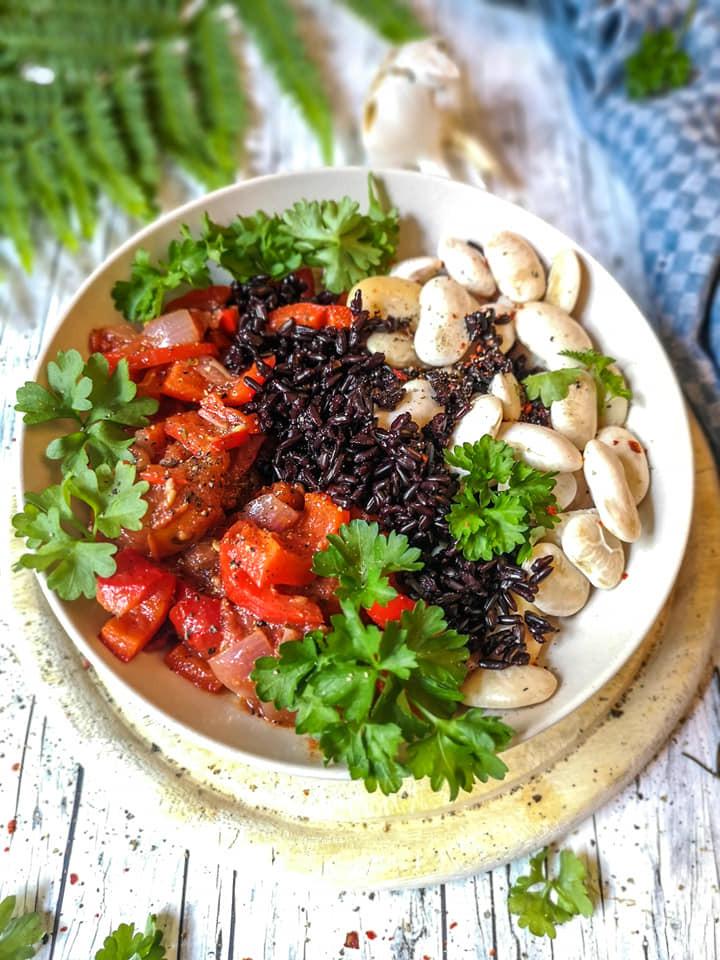 Einfaches Tomaten-Paprika-Letscho mit weißen Bohnen und schwarzem Reis