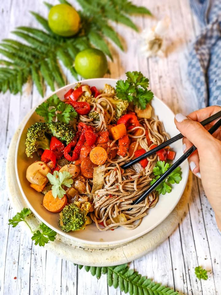 Gemüse-Pfanne mit Soba-Buchweizen-Nudeln und Tamarinden-Paste
