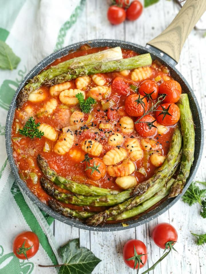 Pikanter Eintopf mit Tomaten, Gnocchi und Spargel