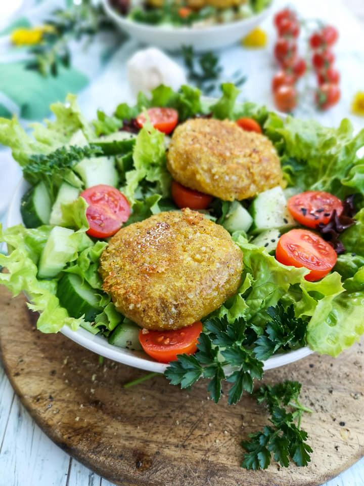 Glutenfreie Bratlinge aus Tapioka mit gemischtem Salat
