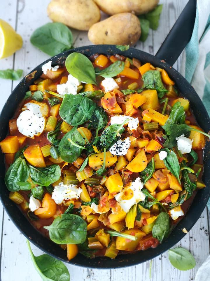 Eintopf mit Kartoffeln, passierten Tomaten, Spinat, Gemüse und Ziegenkäse