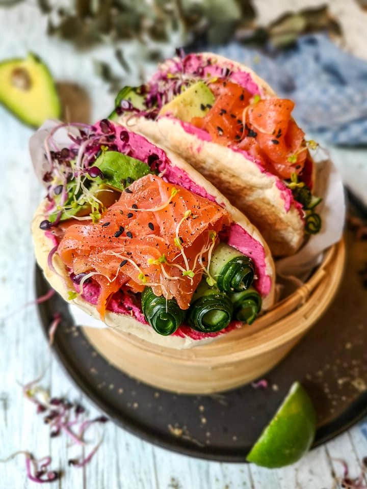Pita-Brot mit Lachs, Sprossen, Avocado, Gurke und Hummus